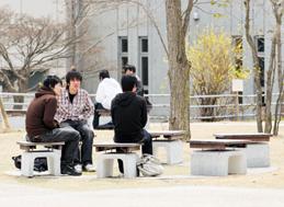キャンパスシーン 中庭