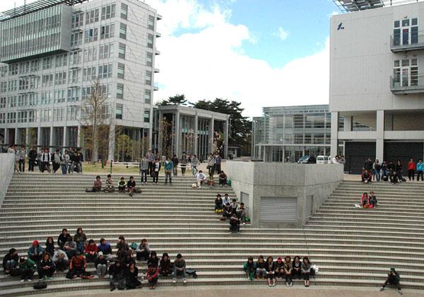 キャンパスシーン 階段広場